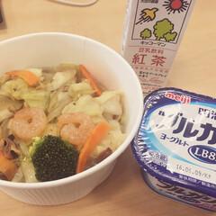 おべんとう 統一性のない本日のお昼ごはん。 豆乳とヨ…