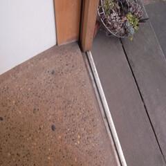 洗い出し/自然素材/漆喰 玄関の床は洗い出しです。