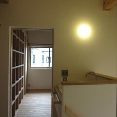 自然素材 2階廊下 奥には子供室 廊下には洗面があ…