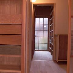 自然素材 玄関から居間と台所へつづくパントリーへの…