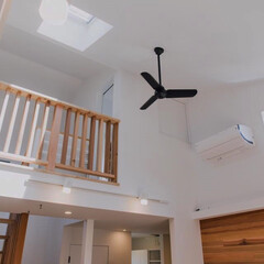 湘南スタイル/米杉/レッドシダー/無垢材/木の家/無垢床材/... リビング勾配天井と木製手摺り