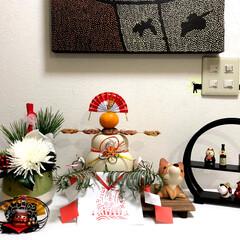 お正月/雑貨/インテリア/住まい/玄関 玄関に置いた鏡餅の周りを花と雑貨で飾りま…