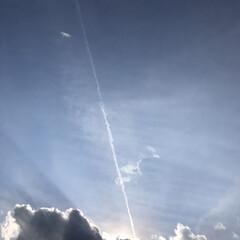 太陽/光/ひこうき雲/空 光に向かって✈︎☁     危機一髪 脱…