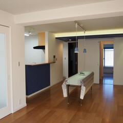 リビングルーム/対面型キッチン/オープンキッチン/間接照明/梁型 既存の設備を活かし クローズなキッチンか…