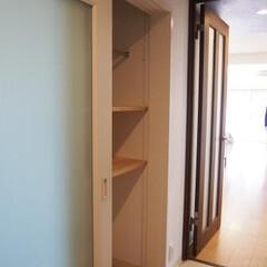 廊下収納/引き戸収納 可動棚とハンガーパイプを設けた多目的な廊…