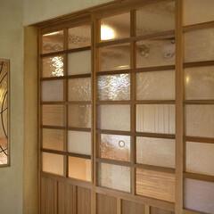 ステンドグラスはガラス作家による特注品 玄関土間から上がり、リビングへ行く引違戸…