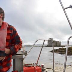 おでかけ/旅の思い出/スコットランド/船/城/お城/... バラ島キシムル城と波止場の間の渡守のおじ…