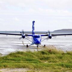 飛行場/砂浜/空港/飛行機/おでかけ バラ空港にグラスゴーからの飛行機が着陸し…