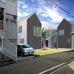 長屋/集合住宅/新築/勾配屋根/4建築設計事務所 建物は南、東(道路側)に開き有効な採光を…