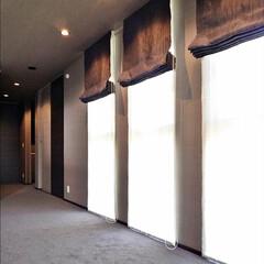 主寝室/三連窓/プレーンシェード/カーペットフロア 主寝室のプレーンシェード。