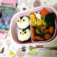 デコ弁/お弁当/フォロー大歓迎/おうちごはん/フード/おうちごはんクラブ 娘のお弁当の日🍙 ペンギンおにぎりを作っ…