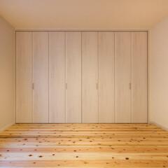 無垢 大型クローゼット付の寝室。