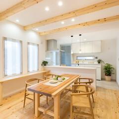 北欧/無垢一枚板テーブル/ペーパーコードチェア/アレスタ/ガラススクリーン 檜の無垢板フロアと現しの天井梁、ホワイト…(1枚目)