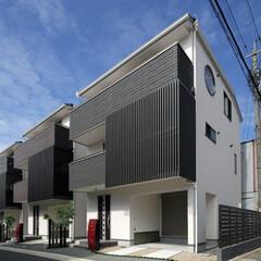 面格子/ルーバー/和モダン/京都/町家/3階建て/... 白壁の面格子に朱色のポストが映える京都市…