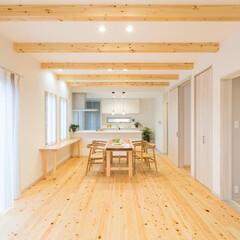 無垢床/檜/無垢板/一枚板テーブル/ホワイトオーク/北欧/... 檜の無垢板フロアと現しの天井梁、ホワイト…
