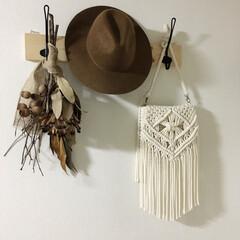 子供のいる暮らし/賃貸マンション/ドライフラワー/マクラメバッグ/マクラメ編み/簡単DIY/... 廊下の壁のフック❁  1×4材にフックを…