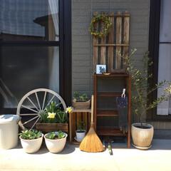 庭/ガーデンシェルフ/シェルフ/ガーデニング/すのこ/DIY シェルフにすのこを合体させて防腐剤を塗っ…