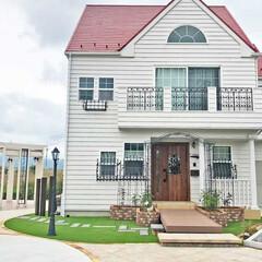 ナチュラル/アンティーク/人工芝/パーゴラ/外構/施工例/... 赤い屋根と白い壁、アイアンの窓飾りが可愛…