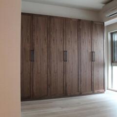 オーダー家具/ワードローブ/walden/東京  扉は、無垢のウォールナットの框組で、中…