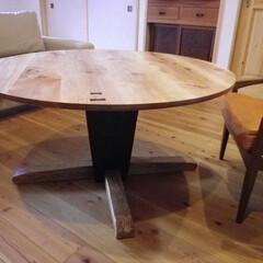 ナチュラル/アイアン/丸テーブル アイアンと節あり楢の彫刻的なテーブルが出…