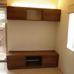 テレビボード/壁面収納/ウオルナット/無垢 ウオルナットのテレビボードです。圧迫感が…