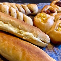 コーンとマヨネーズ/ピリ辛ソーセージ/ブルーベリーとクリームチーズ/honeyナッツ/ハニーレモンクリームフランスパン/焼きたてのパン/... やっと、やっとパン焼きました🤣 パン焼い…
