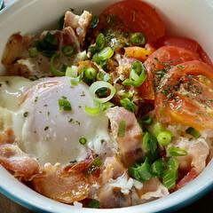 目玉焼き/トマト/ベーコン/おうちごはん/簡単/おうちカフェ 昨日のお昼ごはん😋☝️ ある物のせ丼(*…