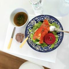 ランチョンマットが欲しい/お昼ごはん 水切りヨーグルトとアボガドとスモークサー…