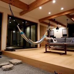 自然素材の家/ウッドデッキの中庭/土間/吹き抜け/勾配天井/明るく風通しの良い家/... 2台分のビルトインガレージ とウッドデッ…