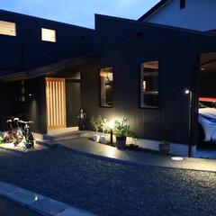 自然素材の家/ビルトインガレージ/ガルバリウムの外壁/照明計画/エクステリア照明計画/ライトアップ/... 2台分のビルトインガレージとウッドデッキ…