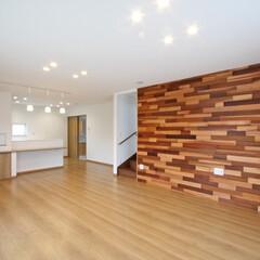 リビング/アクセント壁/新築/壁面アート/米杉/パッチワーク/... アクセントの板張りがおしゃれな家  壁面…
