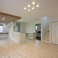 壁紙/アクセントクロス/LDK/マンション風/施工例 白を基調とした室内は、明るく、空間が広く…(1枚目)