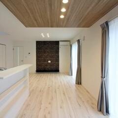LDK/壁紙/おしゃれ壁紙/アクセントクロス 白を基調とした室内は、明るく、空間が広く…(1枚目)