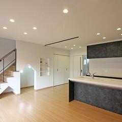 LDK/キッズスペース/階段下/階段下有効利用/隠れ家/キッズ/... 白を基調としたLDK空間に、ややハードな…