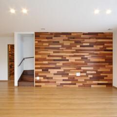 リビング/アクセント壁/米杉/壁面アート/玄関ホール/新築/... アクセントの板張りがおしゃれな家  壁面…
