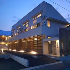 集合住宅/アパート/デザイン/建築/投資 2階建て集合住宅 駐車場に面する1階は木…