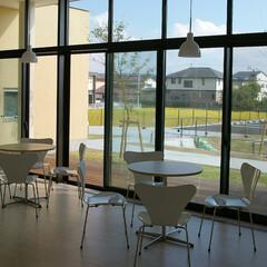 公共/Chair/Table/セブンチェア ホワイトカラーで統一されたテーブルとチェ…