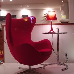 Office/LOUNGECHAIR/エッグチェア 白い壁に真っ赤なエッグチェアは椅子としの…