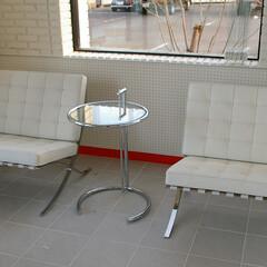 E1027/TABLA/Chair/Office/バルセロナチェア 2脚のバルセロナチェアをサイドテーブル中…