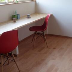 不動産・住宅/Chair/シェルチェア 木材であたたかな空間にレッドカラーのシェ…