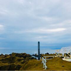 海/灯台/おでかけ/風景/おでかけワンショット 野島崎灯台の白いベンチ*  岩の上のベン…