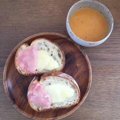 カンパーニュ/石窯パン/スープ/オマール海老/ハイジ/パン/... 食パンにカマンベールと生ハムをのせて焼い…