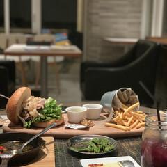 ジャンク/ハンバーガー/海岸沿い/BEACH/カフェ飯/サザンビーチカフェ/...  夜に高カロリーな食べ物 だけど仲間とワ…