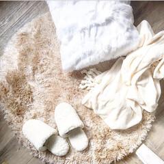 ホワイト/ファー/シャギーラグ/冬小物/ダイソー/ニトリ/... フワフワモコモコで暖かリラックス😌✨  …