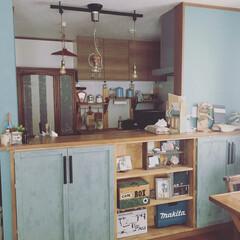 ブルーグレーの壁/ブルーグレーの壁紙/キッチンインテリア/カウンター下収納/キッチン壁紙 我が家のキッチンカウンターの壁紙はアクセ…