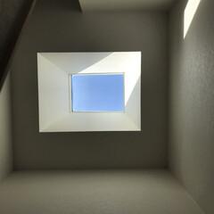 窓/天窓/青空/家造り 我が家の天窓。 . 階段上に設けました^…