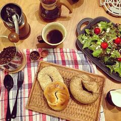ベーグル/キッチン/カフェ/カフェ風/朝ごはん/朝食/... ベーグルとサラダの朝ごはんです。珈琲のい…(1枚目)
