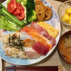 チラシ寿司/フード 今日の晩御飯 サラダ 海鮮チラシ寿司 蓮…