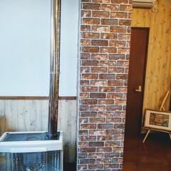 リメイクシートで大変身 北海道の住宅にある集合煙突が部屋の中央に…