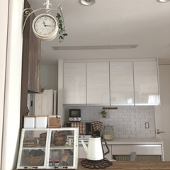 わたしのお気に入り/両面時計/ナチュラルインテリア/ナチュラル/カフェ風/建売住宅/... 元々備え付けのキッチンカウンターの上から…